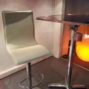 Crèmekleurigge ALTO kruk aan onze showroom van Alleur